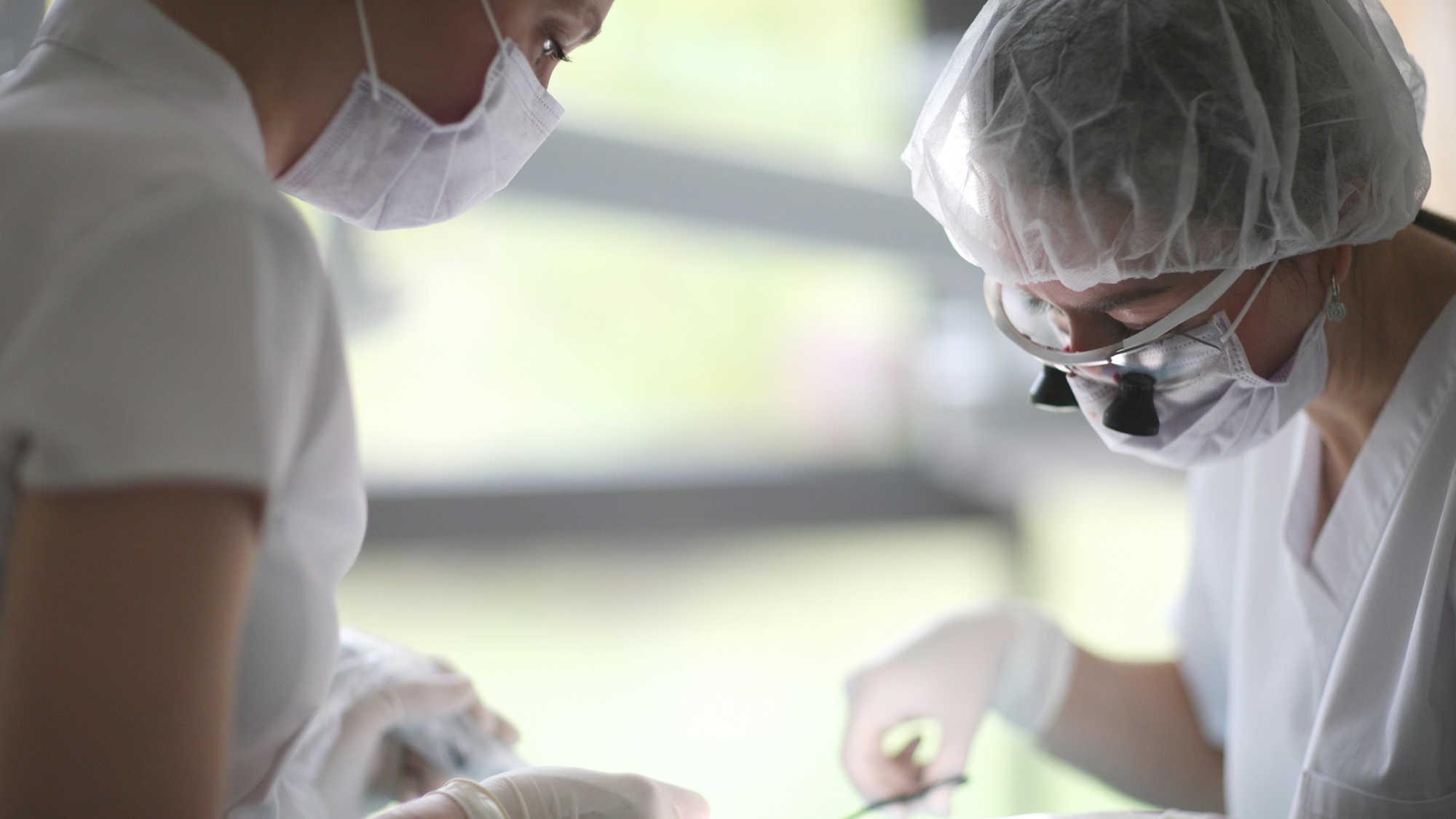 Globalno pomanjkanje kirurških mask je prizadelo zobozdravniške prakse po vsem svetu