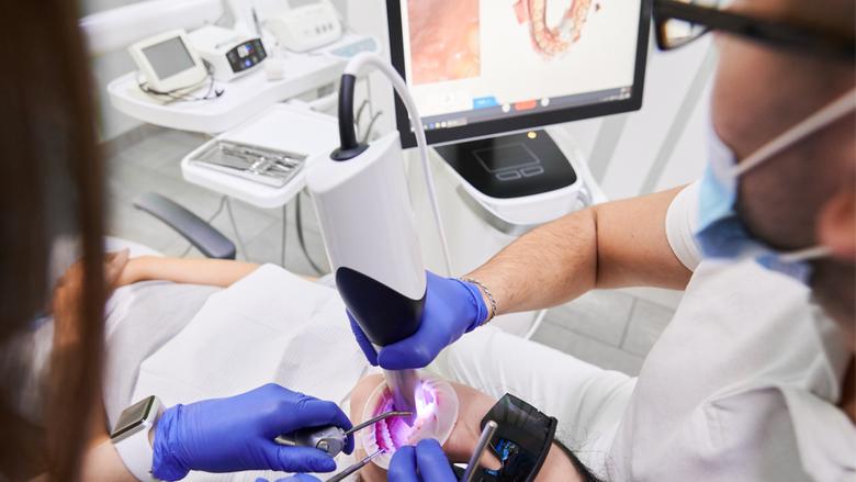 Študija je ugotovila razlike v natančnosti intraoralnih skenerjev